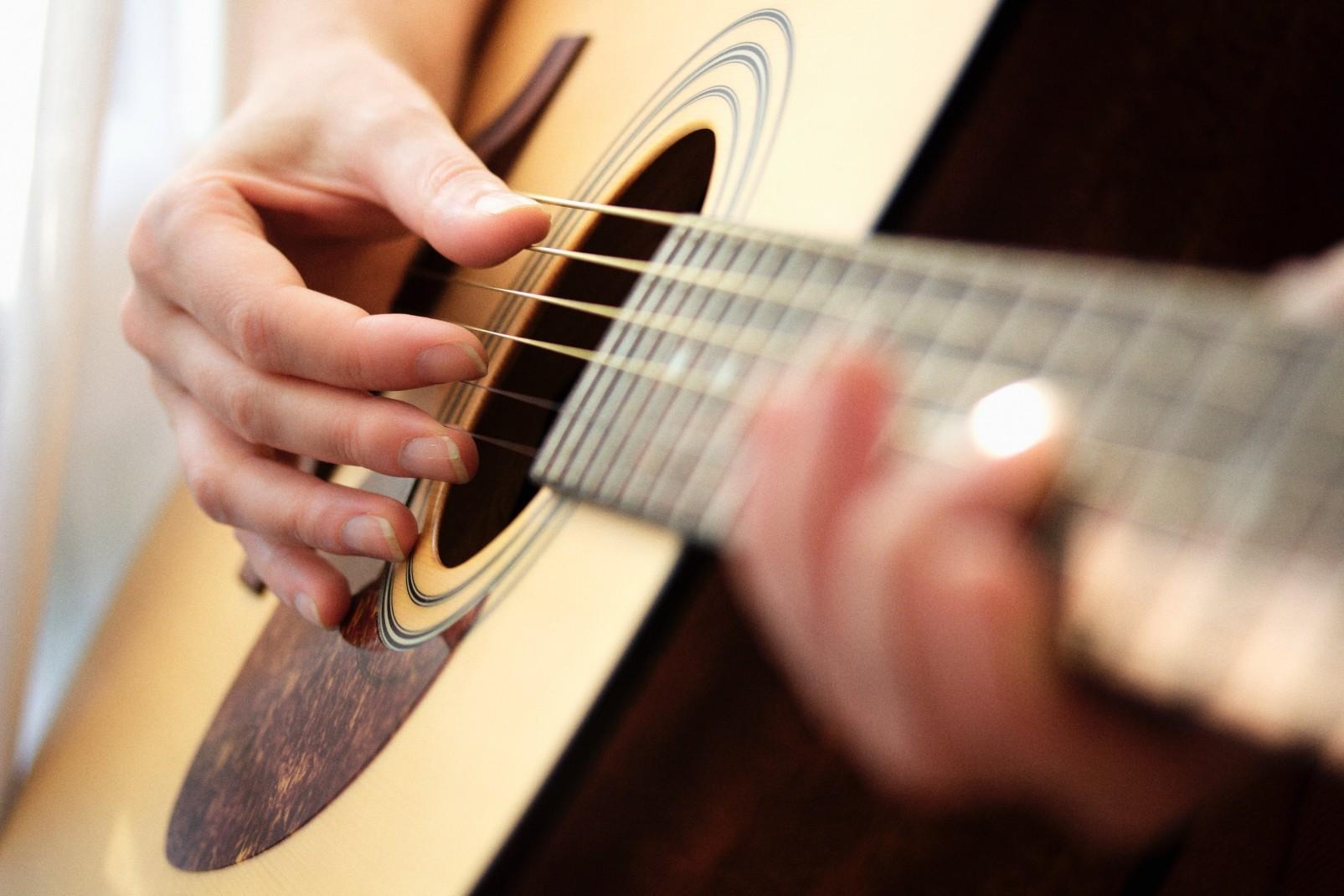 Réussir à jouer de la guitare, comment y parvenir ?